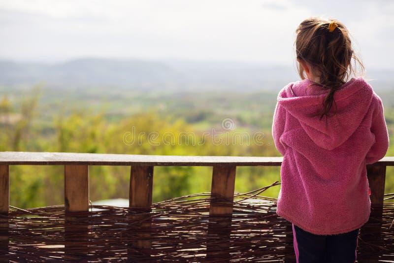 Ung flicka framme av staketet fotografering för bildbyråer