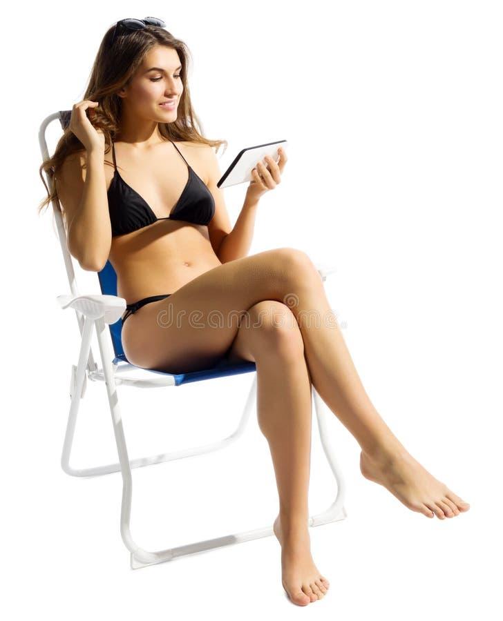 Ung flicka i bikini med minnestavlaPC arkivfoto