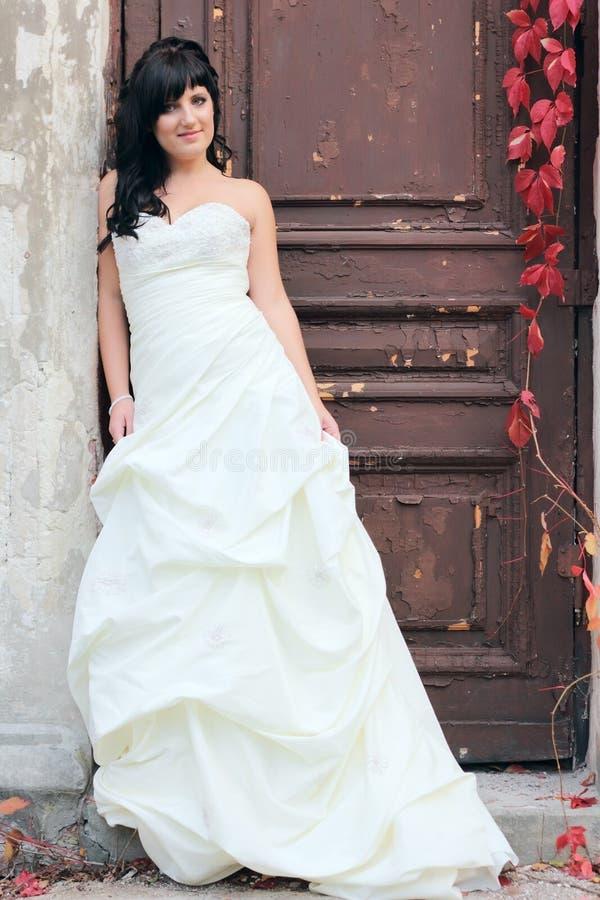Ung flicka i bröllopsklänningen royaltyfria bilder