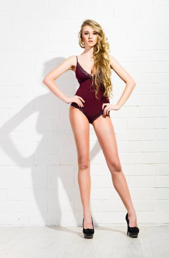 Download Ung Flicka I Brun Underkläder På Den Vita Väggen (den Mörka Versionen) Arkivfoto - Bild av person, underkläder: 37349540