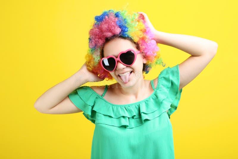 Ung flicka i clownperuk royaltyfri fotografi