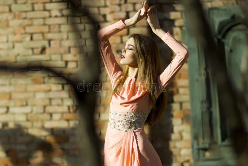 Ung flicka i den utomhus- klänningen arkivfoton