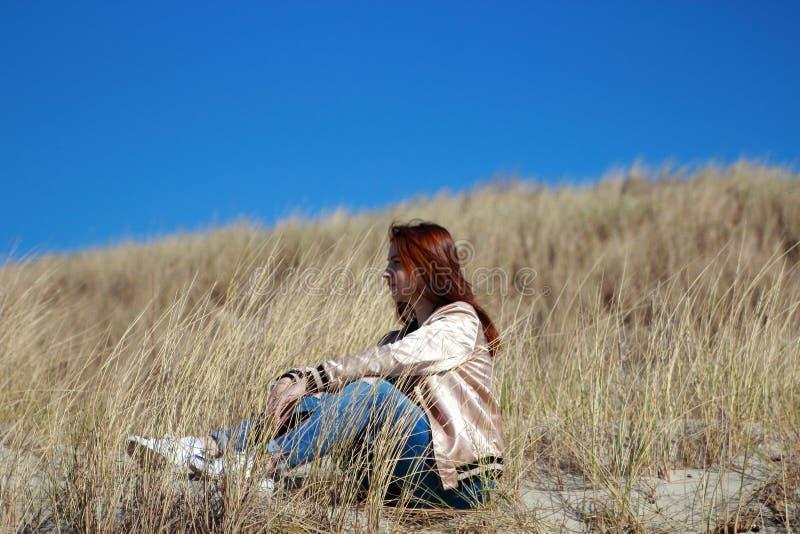 Ung flicka i det höga gräset royaltyfria foton
