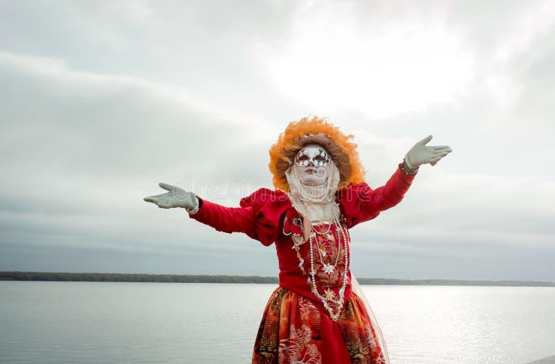 Ung flicka i en ` för dräkt`-höst i en karnevalmaskering fotografering för bildbyråer