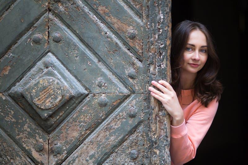 Ung flicka i en gammal europeisk stad Resor royaltyfria bilder