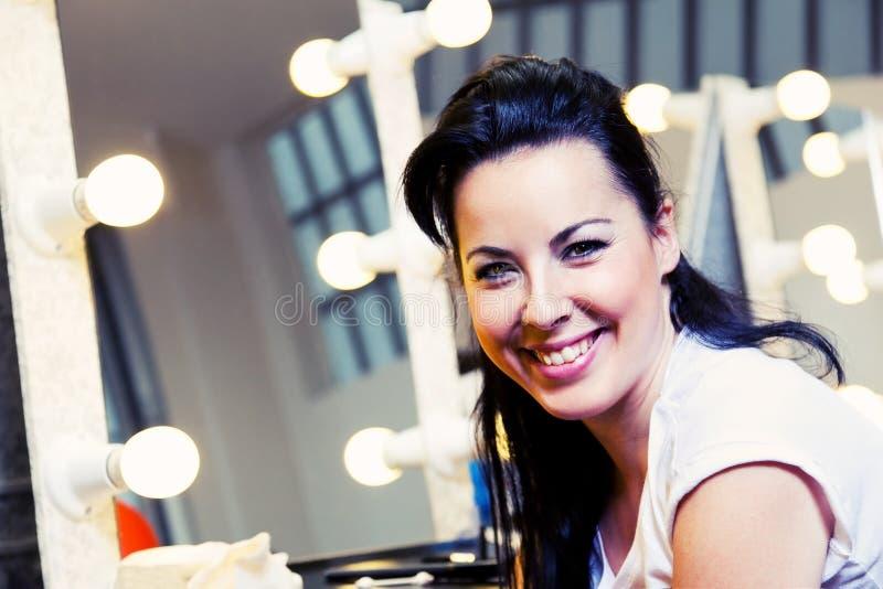 Ung flicka i en Makeuplokal arkivfoton