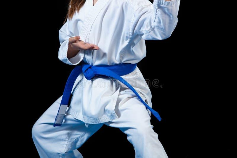 Ung flicka i en vit kimono, karate arkivbild