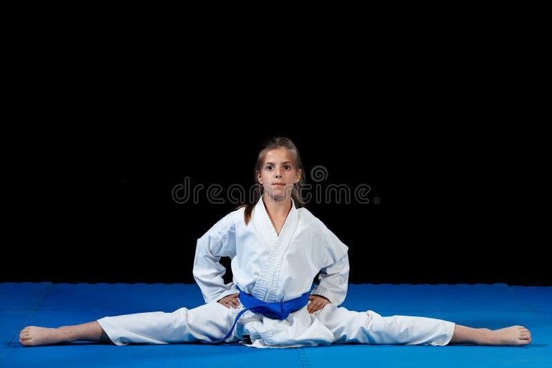 Ung flicka i en vit kimono, karate arkivbilder
