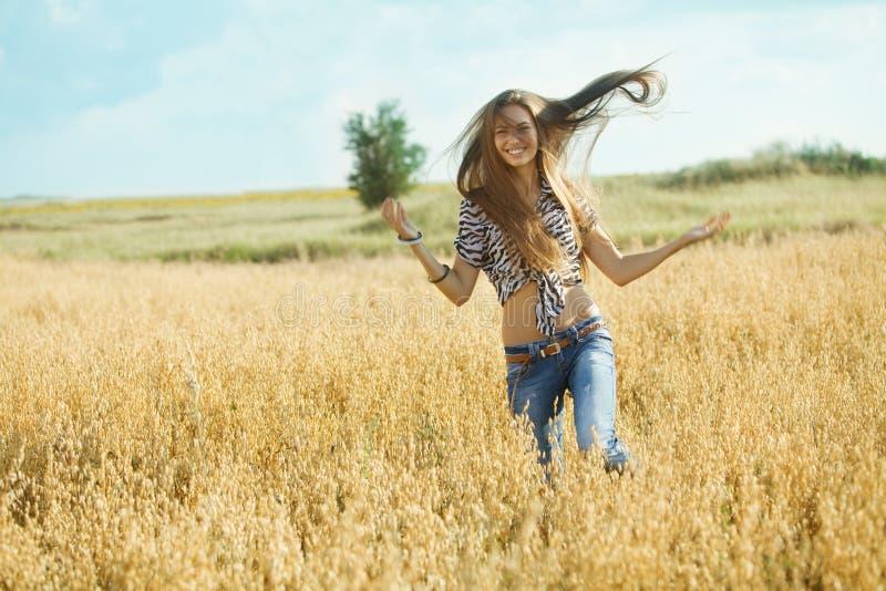 Ung flicka i fältet arkivbilder