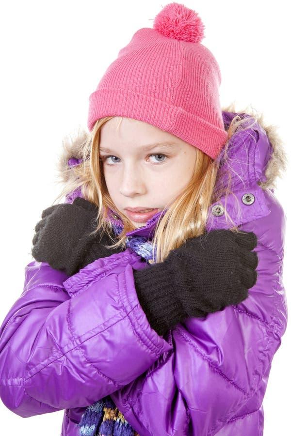 Ung flicka i förkylning för hiva för vinterdräkt över vit bakgrund royaltyfri bild