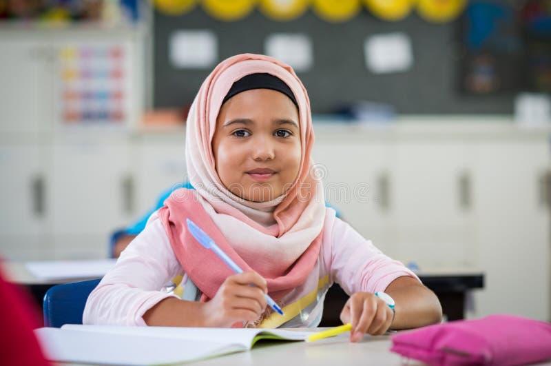 Ung flicka i hijab på skolan arkivbild