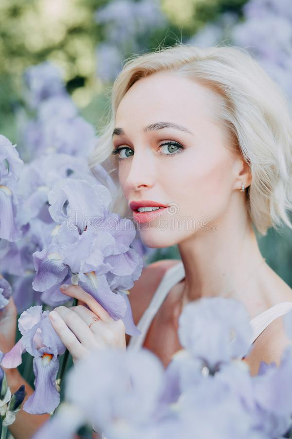 Ung flicka i irisblommor royaltyfria bilder