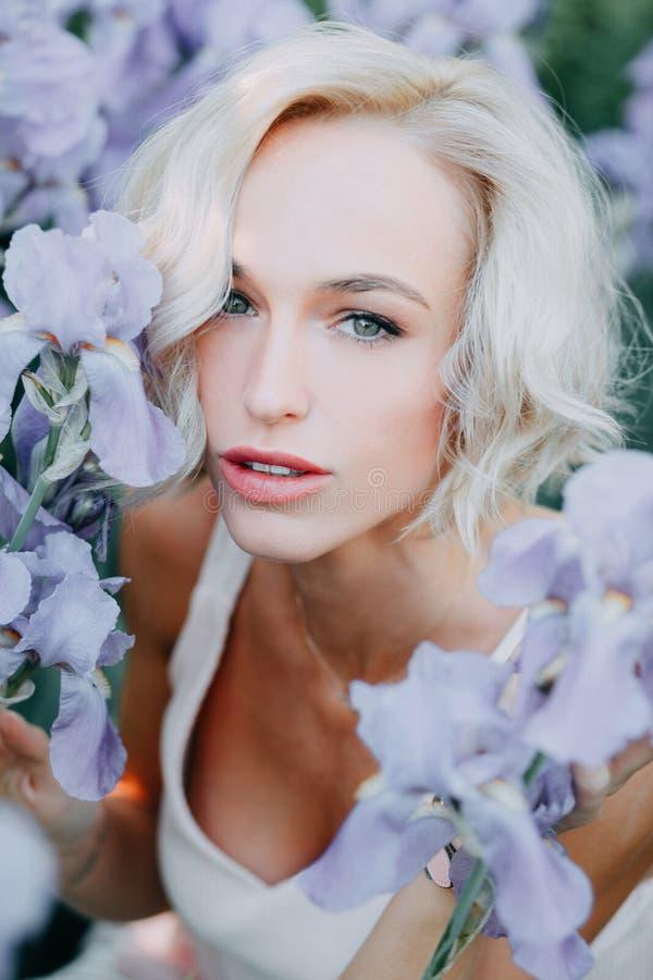 Ung flicka i irisblommor royaltyfri foto