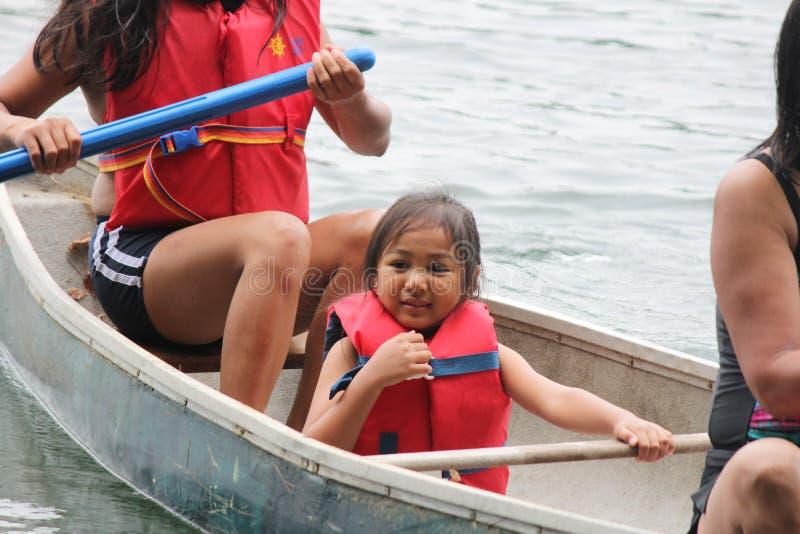 Ung flicka i kanot arkivbild