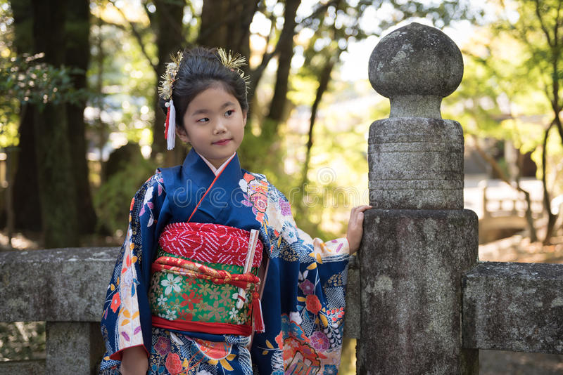 Ung flicka i kimono arkivfoto