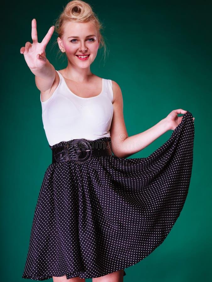 Ung flicka i retro allsång för klänningvisningfred arkivbild