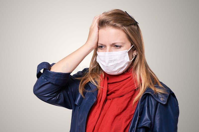 Ung flicka i skyddsmaskering Allergi- och influensapersonutrustning S?kerhetsl?karunders?kning att skydda royaltyfria foton