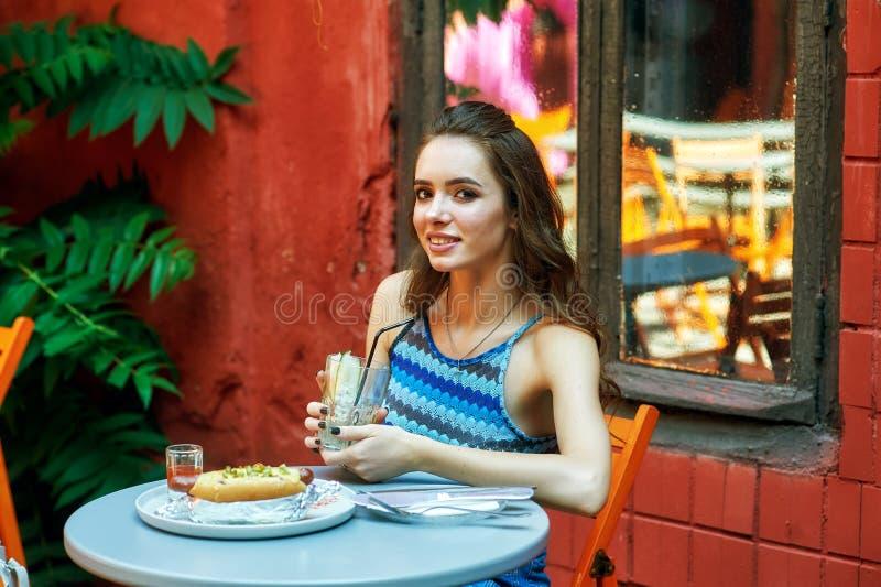 Ung flicka i snabbmatrestaurangen, fel mat arkivfoton