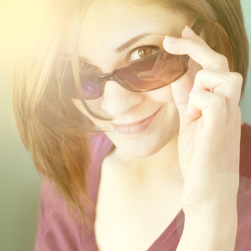 Ung flicka i solglasögon arkivfoton