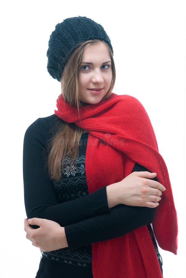 Ung flicka i svart klänning, basker och halsduk arkivfoto