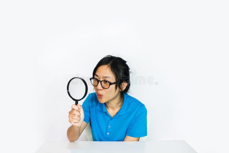 ung flicka med överraskningframsidan, stor lins för handhåll fotografering för bildbyråer