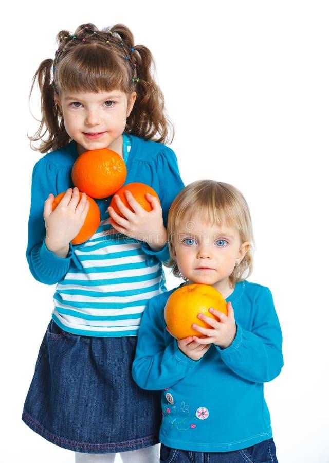 Ung flicka med apelsiner royaltyfri fotografi