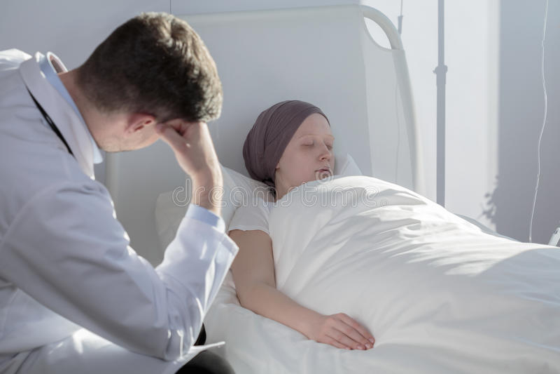 Ung flicka med cancer royaltyfri foto