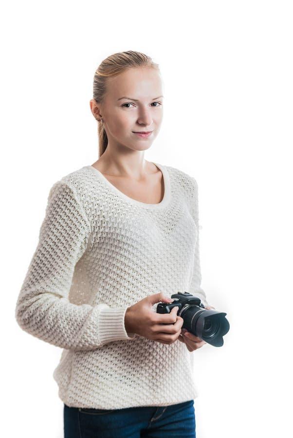 Ung flicka med den digitala kameran som tar en bild royaltyfri fotografi