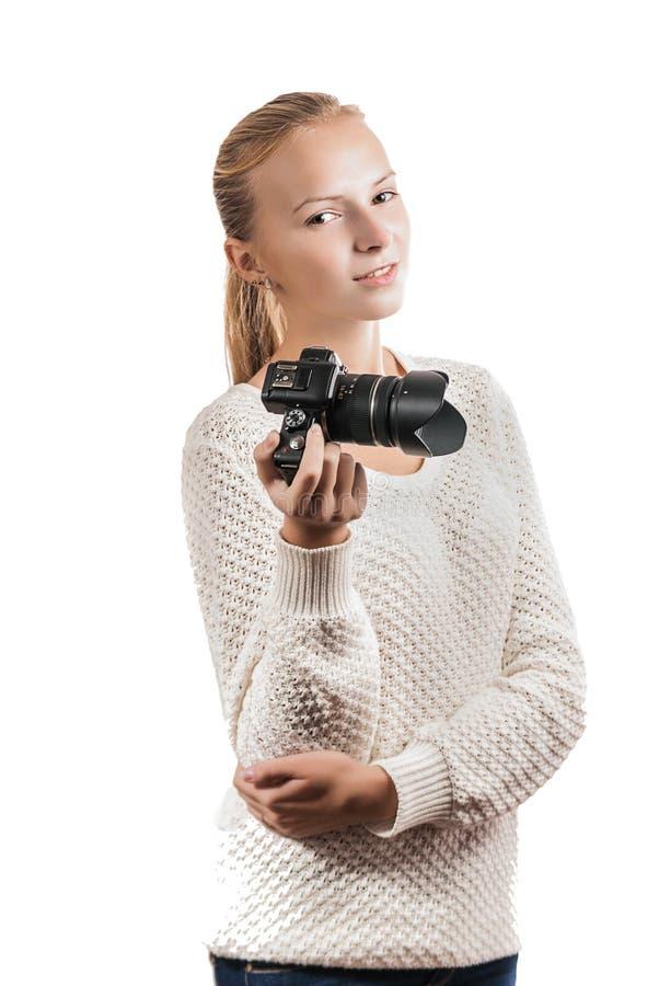 Ung flicka med den digitala kameran som tar en bild royaltyfria foton