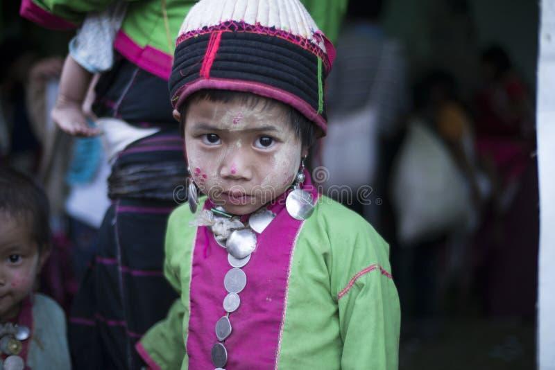 Ung flicka med den stam- klänningen, Hsipaw fullmånefestival royaltyfri fotografi