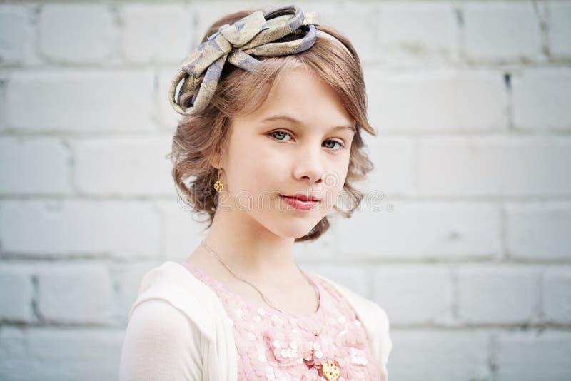 Ung flicka med den utomhus- studentbalfrisyren royaltyfri bild