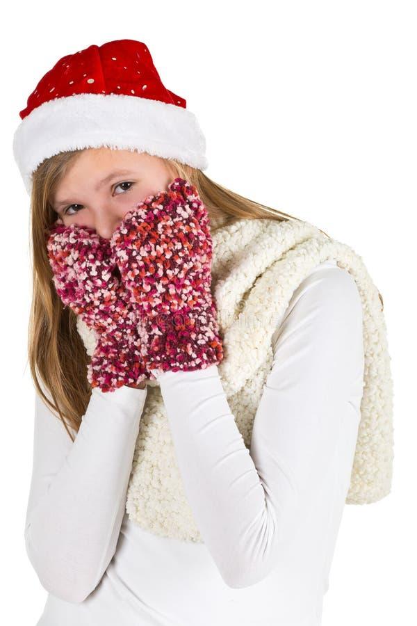 Ung flicka med den vita skjortan, det röda vinterlocket och ulliga handskar royaltyfri bild