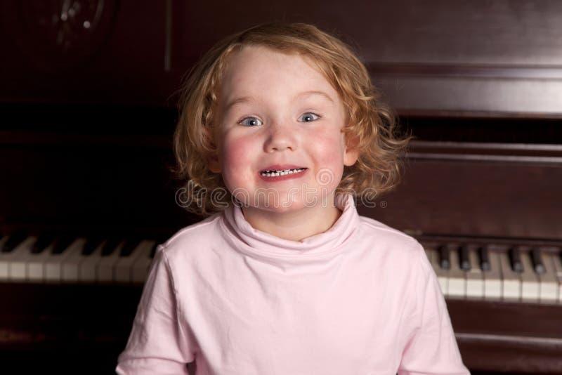 Ung flicka med det hemmastadda stora leendet fotografering för bildbyråer