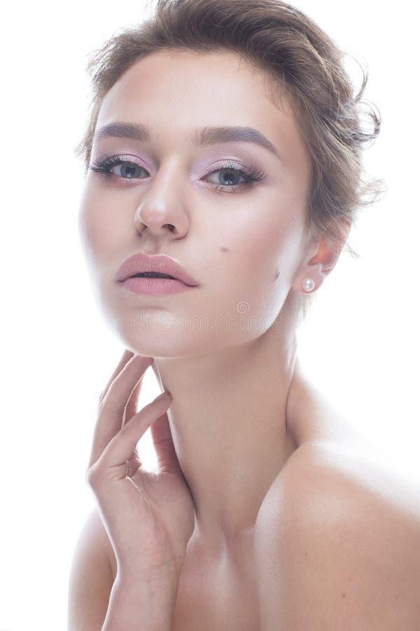 Ung flicka med en försiktig näck makeup och frisyr Den härliga modellen med glänsande gör perfekt hud Skönhet av framsidan royaltyfri foto