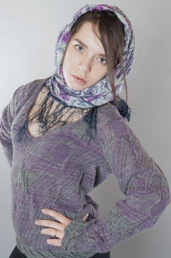 Ung flicka med en halsduk på hennes huvud royaltyfri fotografi