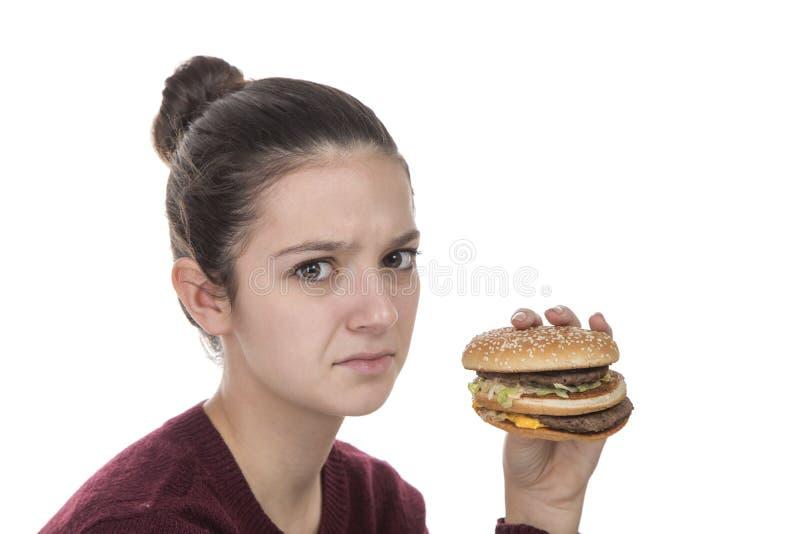 Ung flicka med en hamburgare royaltyfri fotografi