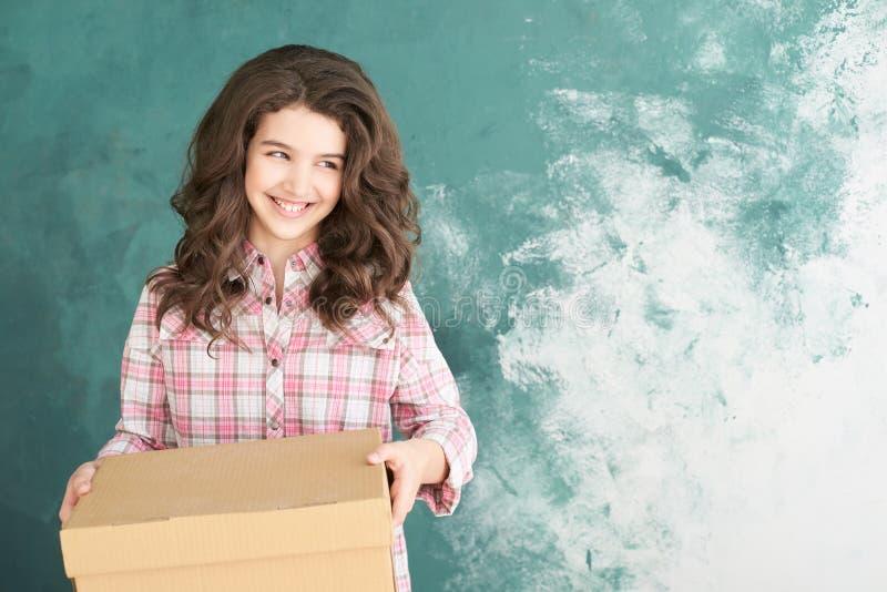 Ung flicka med förflyttningsasken royaltyfri fotografi