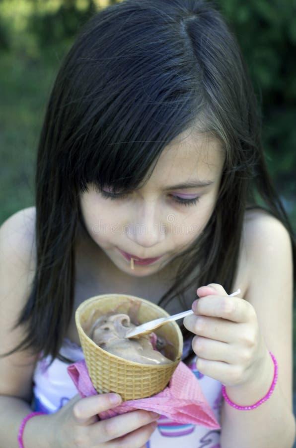 Ung flicka med glass fotografering för bildbyråer