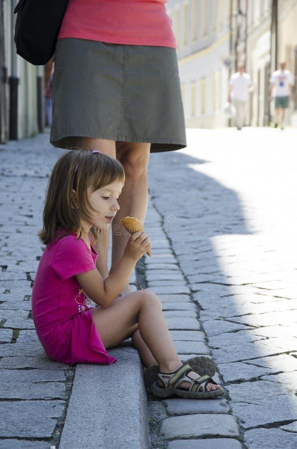 Ung flicka med glasskotten royaltyfria foton
