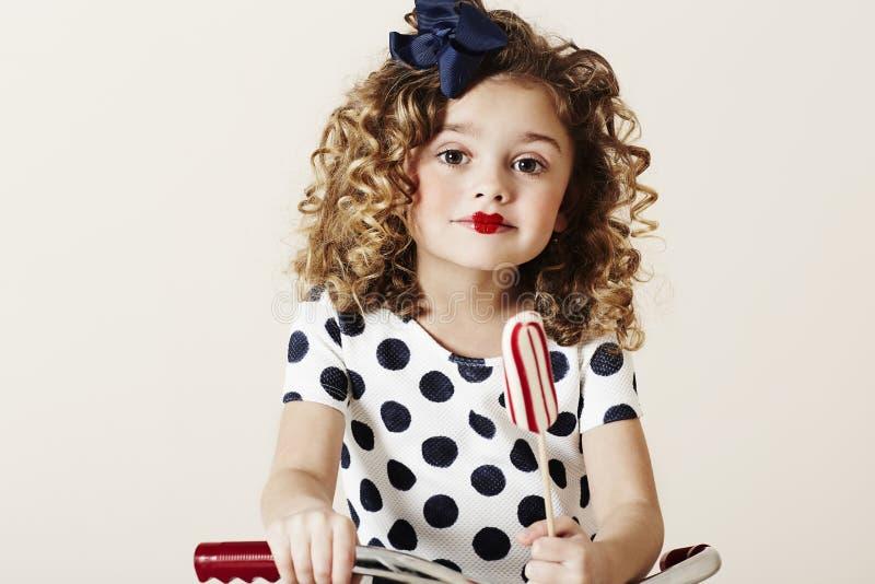 Ung flicka med godisen royaltyfri fotografi