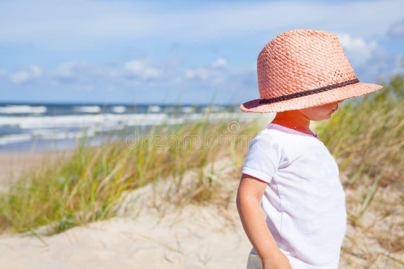 Ung flicka med hatten arkivbilder