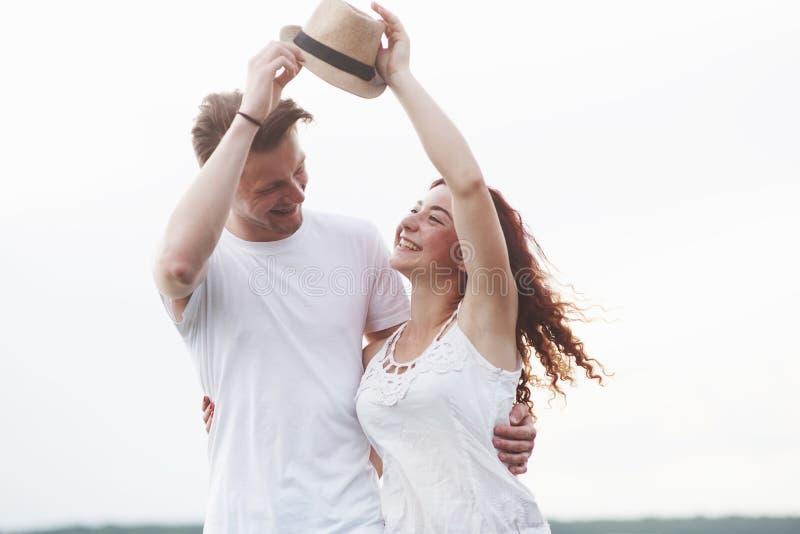 Ung flicka med hatten och pojken på solig dag för sommar arkivbild