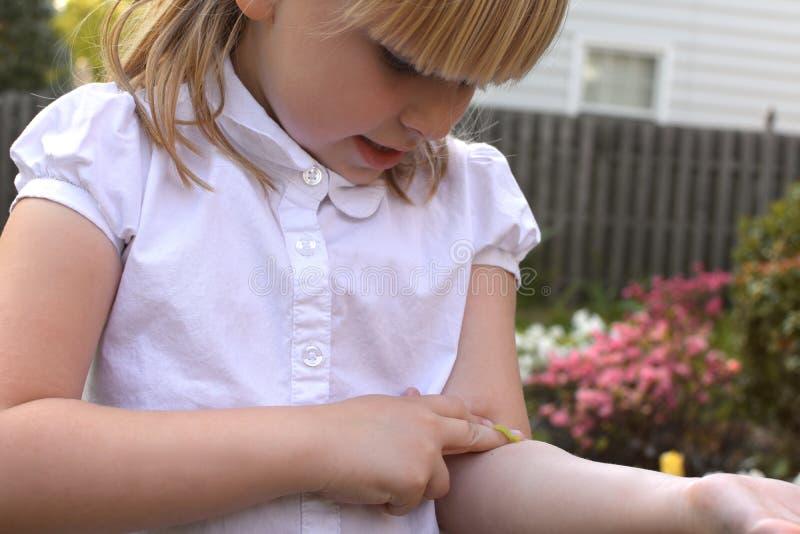 Ung flicka med inchwormen royaltyfri bild