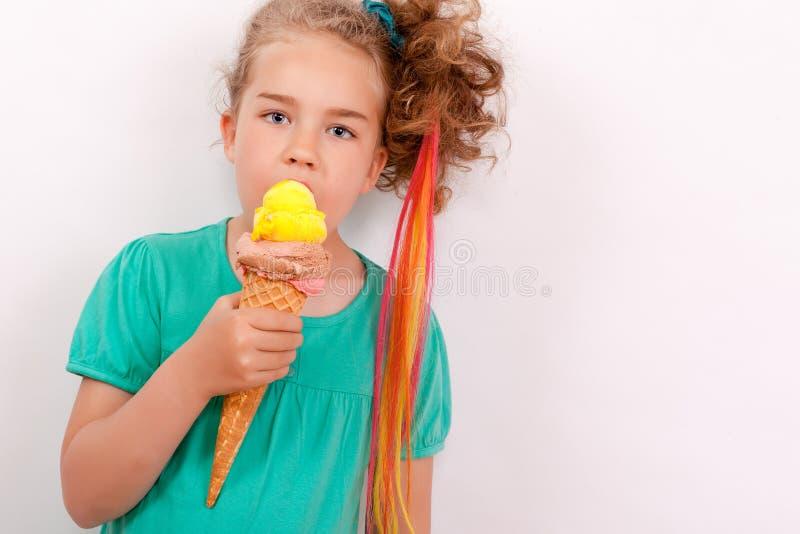 Ung flicka med jätteglasskotten royaltyfri fotografi