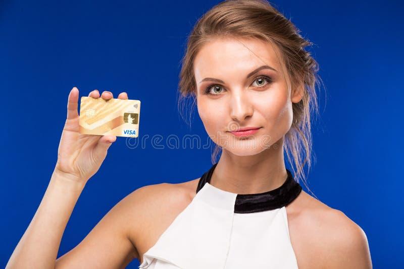 Ung flicka med kreditkorten i händer royaltyfri foto