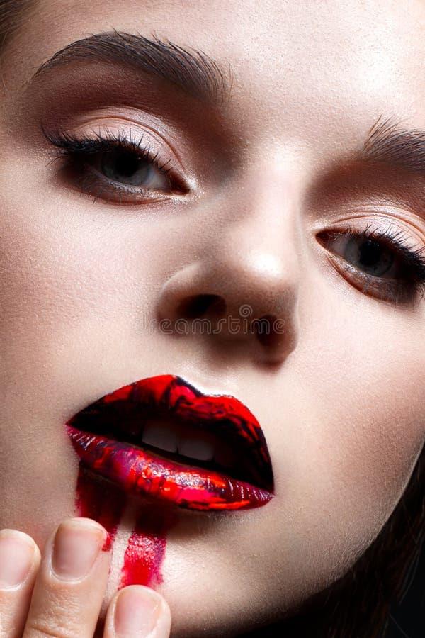 Ung flicka med ljus aftonmakeup Härlig modell med röda kanter och suddig läppstift Ren glänsande hud Skönhet av framsidan royaltyfri foto