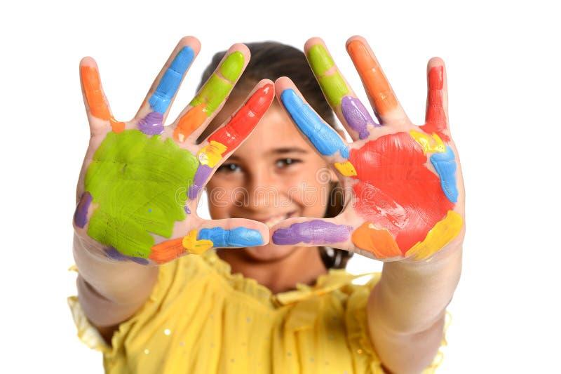 Ung flicka med målade händer arkivbild