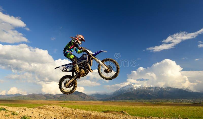 Ung flicka med motocrosscykeln i Rumänien extrema sportar arkivfoto