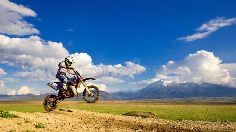 Ung flicka med motocrosscykeln i Rumänien extrema sportar arkivbilder