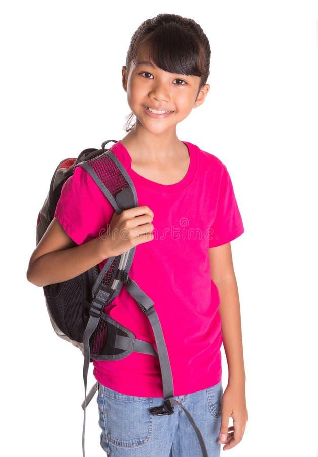Ung flicka med ryggsäck I fotografering för bildbyråer